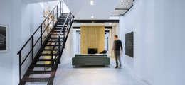 Loft Sixty-Four: moderne Woonkamer door EVA architecten