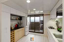 逸.居:  廚房 by 築川室內裝修設計有限公司