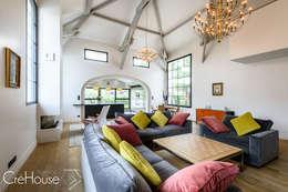 moderne Wohnzimmer von Agence CréHouse
