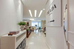 Pasillos, vestíbulos y escaleras de estilo moderno de Factus Arquitetura Planejamento Interiores