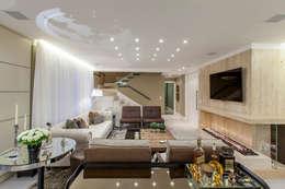 غرفة المعيشة تنفيذ Thiago Mondini Arquitetura