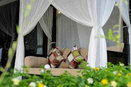 Balconies, verandas & terraces  by Credenza Interior Design