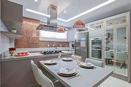 Cocinas de estilo moderno por Carolina Kist Arquitetura & Design