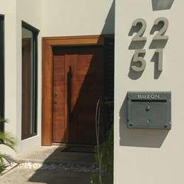 Números en Concreto Gris de 6¨: Jardín de estilo  por Pitaya