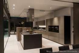 بلٹ ان باورچی خانہ by Nico Van Der Meulen Architects