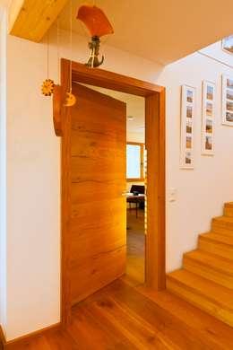 Puertas de estilo  por Skan-Hus GmbH