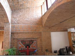 Salas / recibidores de estilo rústico por JMN arquitetura