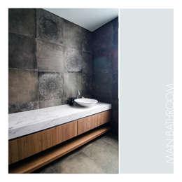Master Bathroom:  Kamar Mandi by studiopapa