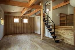今治市の家 2: エムアイ.アーキテクトが手掛けた廊下 & 玄関です。