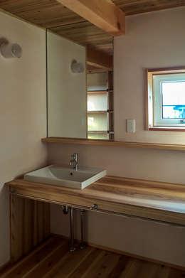 今治市の家 2: エムアイ.アーキテクトが手掛けた浴室です。
