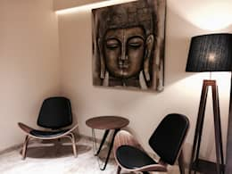 Iscon Platinum Show Apartment :  Corridor & hallway by Studio R designs