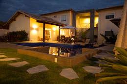 Fachada Casa Buzios: Casas familiares  por MORSCH WILKINSON arquitetura