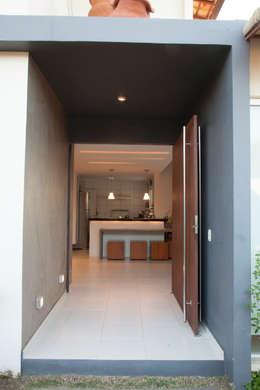 Entrada Principal: Condomínios  por MORSCH WILKINSON arquitetura