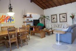 Sala de Estar e Jantar: Salas de estar modernas por MORSCH WILKINSON arquitetura
