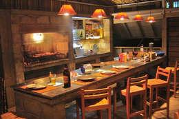 La Amistad Cottages: Cozinhas rústicas por Studio Defferrari