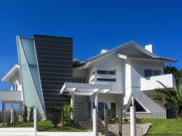 Casa com tipologias diferentes: Condomínios  por Simone Miranda Representante - Amplex Aberturas em PVC
