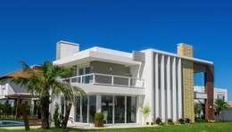 Casa no litoral gaúcho: Condomínios  por Simone Miranda Representante - Amplex Aberturas em PVC