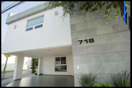 COCHERA CON CANTERA: Casas unifamiliares de estilo  por SEZIONE