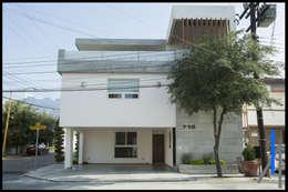 FACHADA PRINCIPAL: Casas unifamiliares de estilo  por SEZIONE