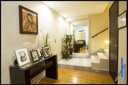 RECIBIDOR: Pasillos y recibidores de estilo  por SEZIONE