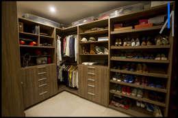 VESTIDOR: Vestidores y closets de estilo minimalista por SEZIONE