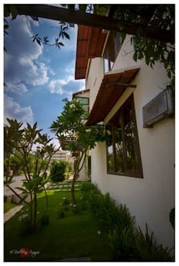 Kannan - Sonali and Gaurav's residence:  Front yard by Sandarbh Design Studio
