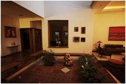 Temple Bells - Arati and Sundaresh's Residence:  Corridor & hallway by Sandarbh Design Studio