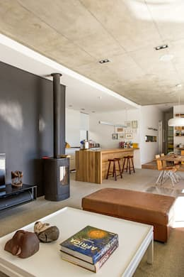 ALTERATION SEA POINT, CAPE TOWN: minimalistic Living room by Grobler Architects