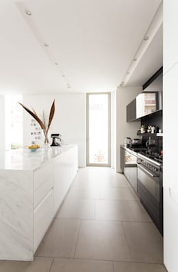 NEW HOUSE GARDENS, CAPE TOWN: minimalistic Kitchen by Grobler Architects