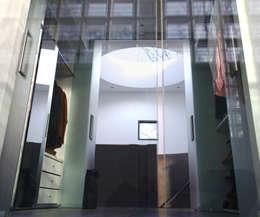 Villa Bliek - Den Haag: moderne Kleedkamer door Archipelontwerpers