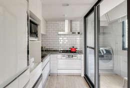 廚房空間:  系統廚具 by 御見設計企業有限公司