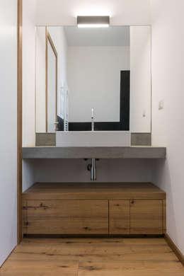 Baños de estilo moderno de Officine Liquide