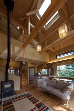 居間: 安藤建築設計工房が手掛けたリビングです。