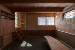半地下茶の間: 安藤建築設計工房が手掛けたリビングです。