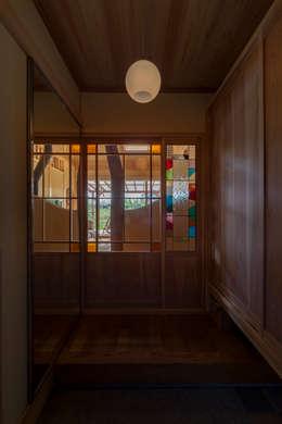 玄関: 安藤建築設計工房が手掛けた廊下 & 玄関です。