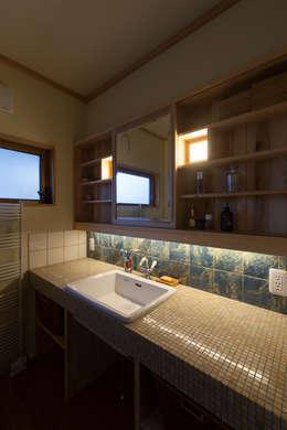 洗面所: 安藤建築設計工房が手掛けた浴室です。