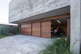 Puertas de garajes de estilo  por Belas Artes Estruturas Avançadas