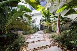 Jardines de estilo moderno por Jardíssimo