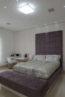 Projekty,  Sypialnia zaprojektowane przez Daniel Kalil Arquitetura