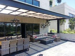 Pergolas : Terrazas de estilo  por Productos Cristalum