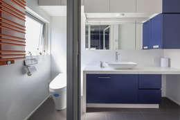 Baños de estilo moderno por 前田敦計画工房