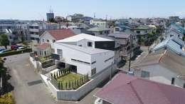 Dormitorios de estilo moderno por 前田敦計画工房