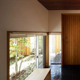 玄関: 竹内建築設計事務所が手掛けた廊下 & 玄関です。