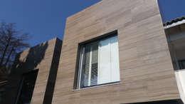 Shutter : Puertas y ventanas de estilo clásico por Productos Cristalum
