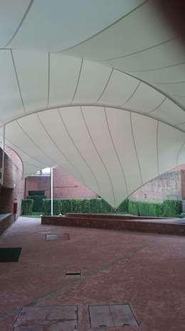 Velaria en Universidad: Techos de estilo  por Materia Viva S.A. de C.V.