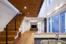 H・h(渡り廊下のある家): Studio REI 一級建築士事務所が手掛けたダイニングです。