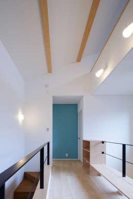 H・h(渡り廊下のある家): Studio REI 一級建築士事務所が手掛けた廊下 & 玄関です。
