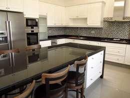 Isla de cocina muebles lacados poliester con cubierta de granito negro absoluto.: Cocina de estilo  por ABS Diseños & Muebles