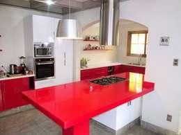 Mesa isla cocina cuarzo Silestone rojo: Cocina de estilo  por ABS Diseños & Muebles