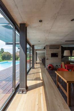 Casa HK: Pasillos y recibidores de estilo  por Ciudad y Arquitectura
